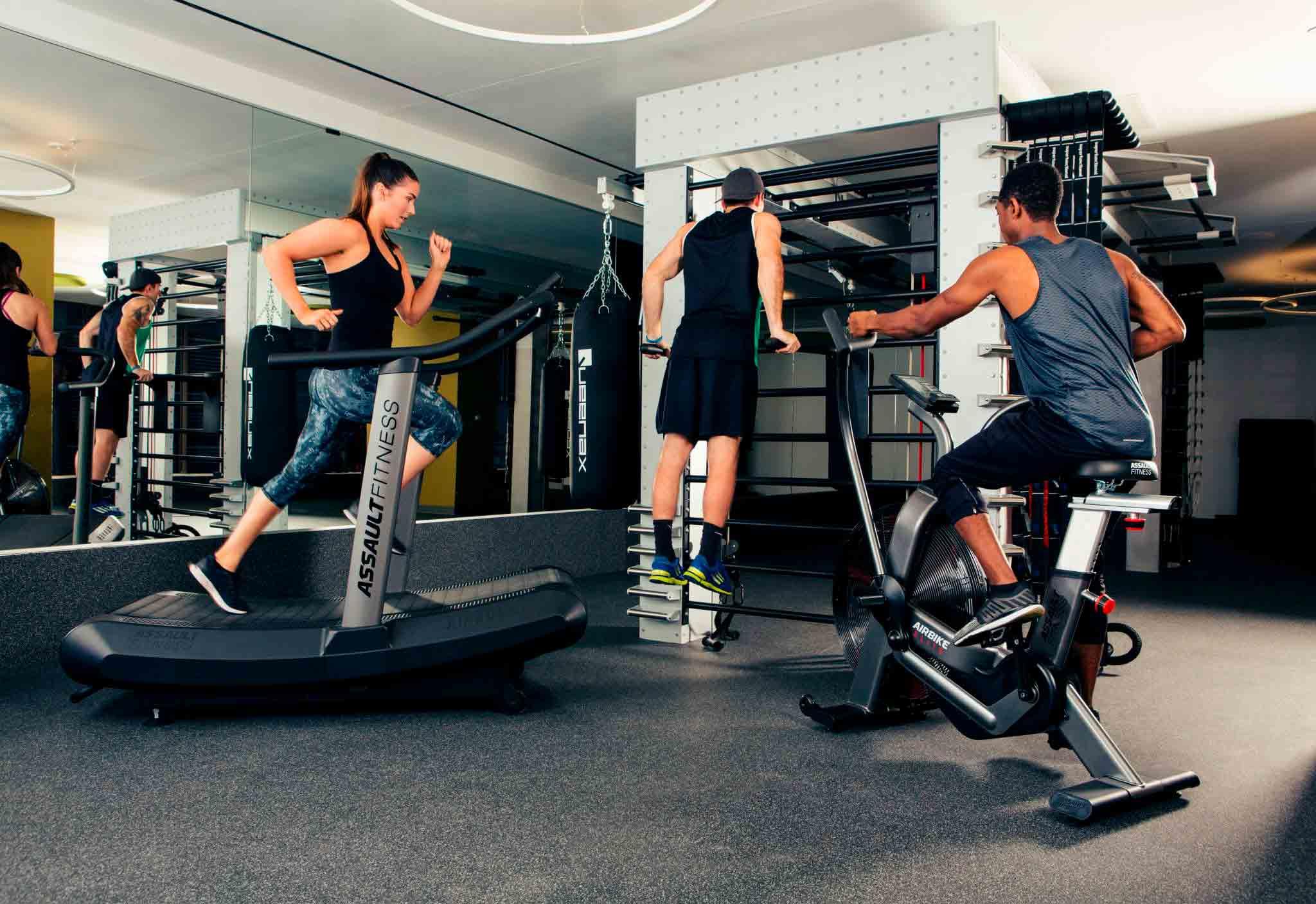 Practicando ejercicio hit con máquinas Assault