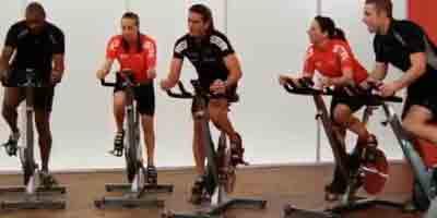 Practicando clase de spinning en grupo